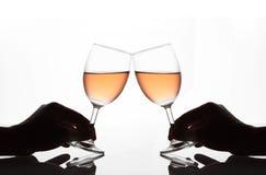 Mãos do homem e das mulheres que guardam vidros de vinho Fotos de Stock Royalty Free