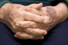 Mãos do homem idoso imagens de stock