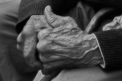 Mãos do homem idoso da oração Fotos de Stock Royalty Free