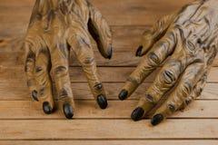 Mãos do homem-lobo para o fim de Dia das Bruxas acima imagens de stock