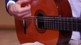 Mãos do homem que jogam a guitarra acústica espanhola vídeos de arquivo
