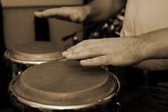 Mãos do homem que jogam os bongos fotos de stock royalty free
