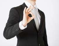 Mãos do homem que mostram o sinal aprovado Imagem de Stock