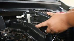Mãos do homem que usa a micro tela azul da fibra para limpar o motor de automóveis video estoque