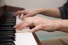 Mãos do jogador de piano Imagem de Stock Royalty Free