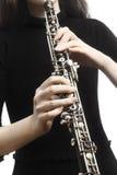 Mãos do jogador do oboé que jogam o instrumento musical imagens de stock royalty free