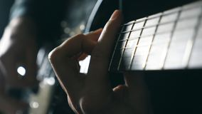 Mãos do músico masculino que jogam na guitarra elétrica Solo dos jogos dos braços dos homens da música rock Feche acima dos dedos video estoque