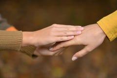Mãos do menino e da mãe Imagem de Stock