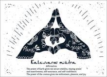 Mãos do mudra do kalesvara da ioga do elemento com testes padrões do mehendi Fotografia de Stock Royalty Free
