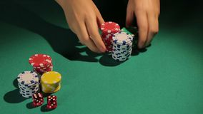 Mãos do negociante que dão microplaquetas de pôquer ao jogador, o ganho do vencedor no jogo, casino vídeos de arquivo