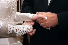 Mãos do noivo e da noiva Fotos de Stock
