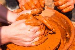 Mãos do oleiro no trabalho Imagens de Stock