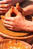 Mãos do oleiro no trabalho Fotografia de Stock Royalty Free