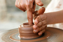 Mãos do oleiro no trabalho Fotos de Stock Royalty Free