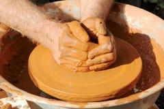Mãos do oleiro tomadas o close up Processo de manufatura da cerâmica Imagem de Stock Royalty Free