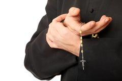 Mãos do padre com rosário foto de stock