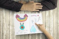 Mãos do pai e da criança com cartão fotos de stock