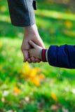 Mãos do pai e do filho Fotografia de Stock
