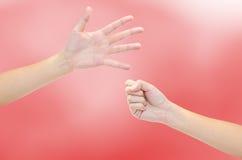 Mãos do papel e do martelo Fotografia de Stock