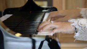 Mãos do pianista que jogam o piano video estoque