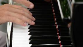 Mãos do pianista que jogam um piano em um concerto filme