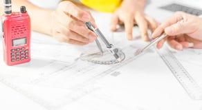Mãos do projeto de funcionamento no modelo, conceito do coordenador da construção imagens de stock royalty free