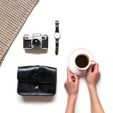 Mãos do ` s da menina que guardam o copo de café Configuração lisa, vista superior Foto de Stock Royalty Free