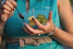Mãos do ` s da mulher com sobremesa das uvas Imagens de Stock Royalty Free