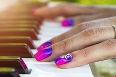 Mãos do ` s da mulher no teclado do close up do piano Entrega o músico que joga o piano Vista superior Entrega o pianista que jog imagens de stock