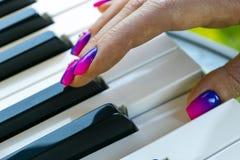 Mãos do ` s da mulher no teclado do close up do piano Entrega o músico que joga o piano Vista superior Entrega o pianista que jog fotografia de stock