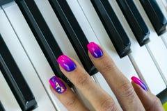 Mãos do ` s da mulher no teclado do close up do piano Entrega o músico que joga o piano Vista superior Entrega o pianista que jog fotos de stock royalty free
