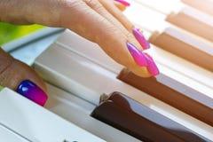 Mãos do ` s da mulher no teclado do close up do piano Entrega o músico que joga o piano Vista superior Entrega o pianista que jog fotos de stock