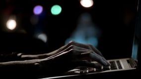 Mãos do ` s da mulher usando o caderno video estoque
