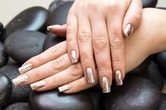 Mãos do ` s das mulheres com um tratamento de mãos agradável imagens de stock