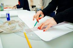 Mãos do ` s das mulheres para projetar e fazer o teste padrão Fotografia de Stock