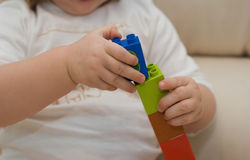 Mãos do ` s do bebê com jogo de construção Fotografia de Stock
