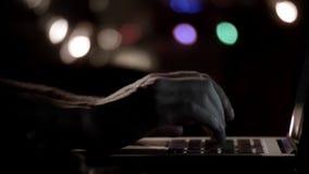 Mãos do ` s do homem usando o caderno filme