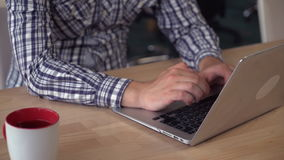 Mãos do ` s do homem usando o portátil vídeos de arquivo