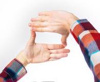 Mãos do ` s do moderno na camisa da manta t que faz o quadro com os dedos, livres imagens de stock