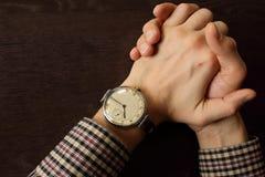 Mãos do ` s dos homens com o relógio de pulso retro na tabela Conceito da reunião e do fim do prazo Mãos Clasped Opinião superior fotos de stock