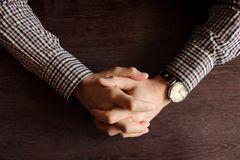 Mãos do ` s dos homens com o relógio de pulso retro na tabela Conceito da reunião e do fim do prazo Mãos Clasped Opinião superior imagem de stock