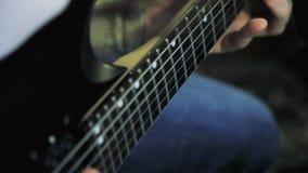 Mãos do ` s dos homens que jogam o solo da guitarra video estoque