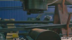 Mãos do ` s dos homens que substituem o cortador de trituração video estoque