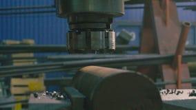 Mãos do ` s dos homens que substituem o cortador de trituração vídeos de arquivo