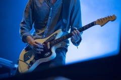 Mãos do ` s do músico que jogam a guitarra elétrica Fotos de Stock Royalty Free