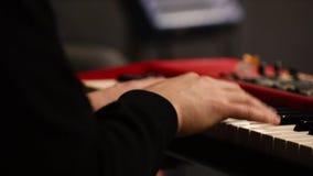 Mãos do sintetizador e do músico do teclado vídeos de arquivo