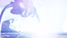 Mãos do soldador que trabalham com máquina de soldadura Faíscas elétricas da soldadura do metal video estoque