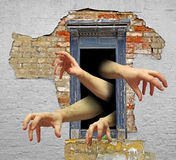Mãos do zombi na porta foto de stock