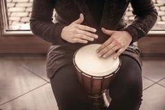 Mãos dos bateristas da menina que jogam bongos da percussão foto de stock