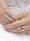 Mãos com alianças de casamento Fotografia de Stock Royalty Free